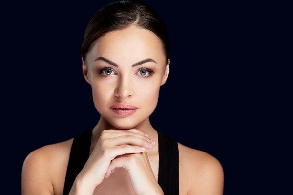девушка с красивыми глазами на темно синем фоне