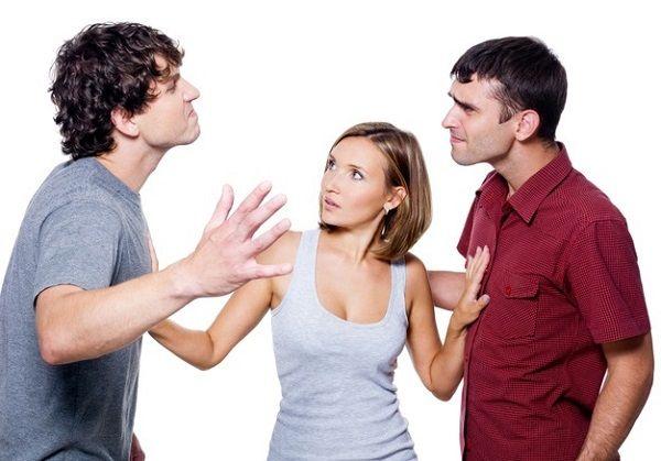 парень ревнует девушку и готов ввязаться в драку