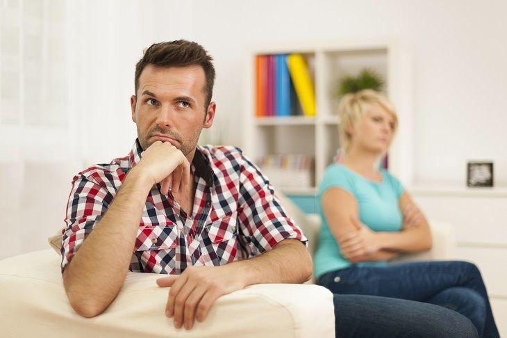 Муж и жена не разговаривают друг с другом, но думают о том, как сохранить брак и спасти свою семью
