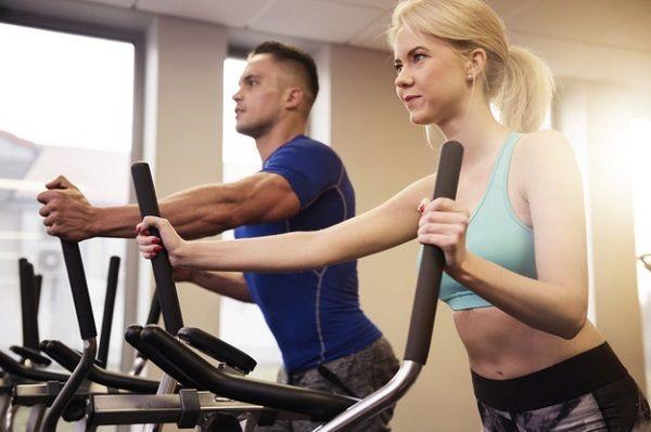 чтобы вернуть романтику в отношения муж с женой вместе тренируются в спортзале на бренажерах