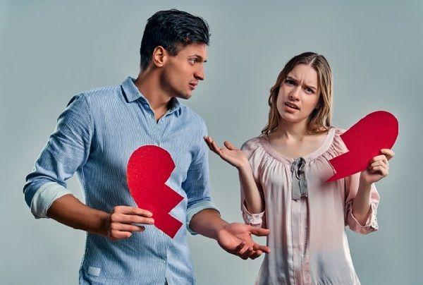 Муж и жена стоят с разделенным на две половинки сердцем, потому что не умеют прислушиваться друг к другу и это разрушает их брак.