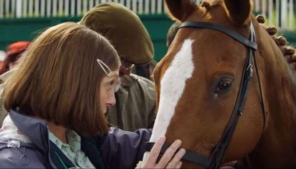 женщина выбирает коня для покупки.