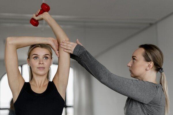 женщина решила изменить себя и занимается с подругой фитнесом